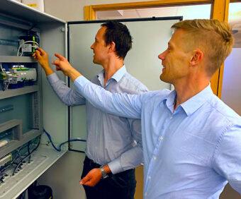 Fredrik Larsson (G) et Carl-Johan Fogelberg apportent des solutions logicielles « boîte noire » au hardware « boîte beige »