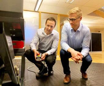 Fredrik Larsson (till vänster) och Carl-Johan Fogelberg testar uppfinningar för lyftbord