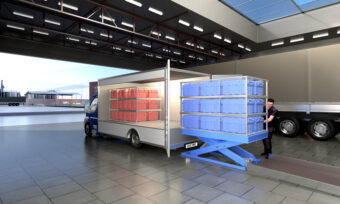The lift table positions the goods precisely for safe and ergonomic transfer to the EV in the correct delivery order